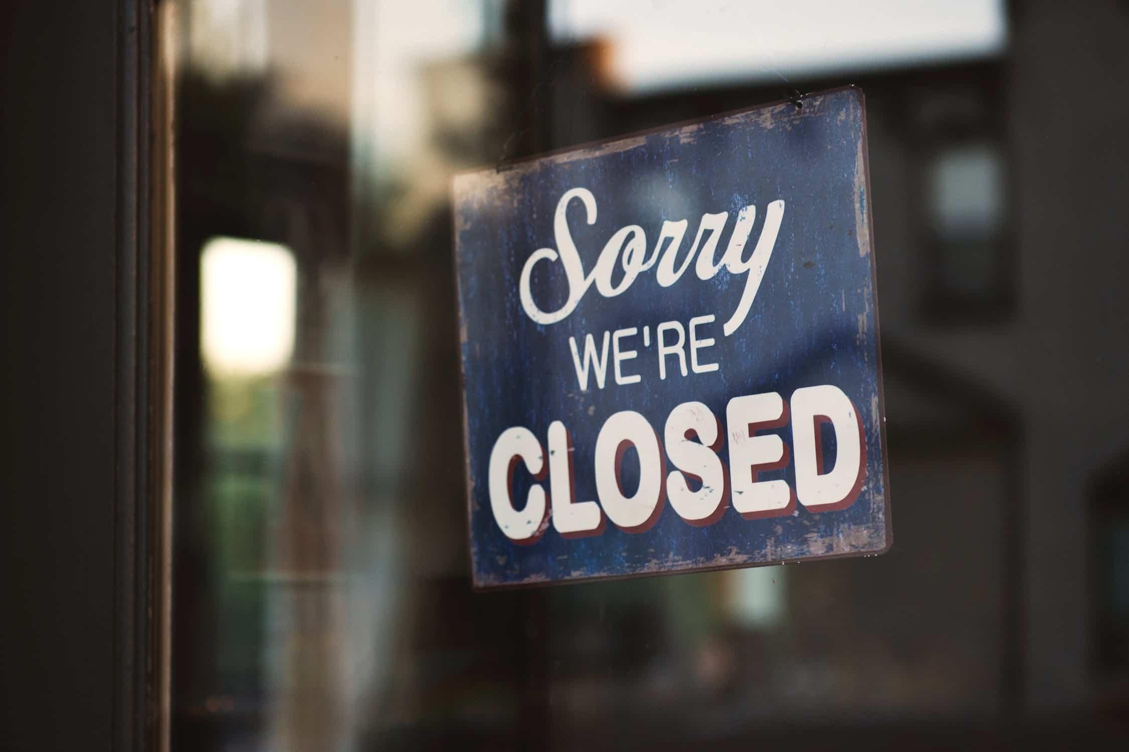 cerrarse a experiencias: cartel cerrado