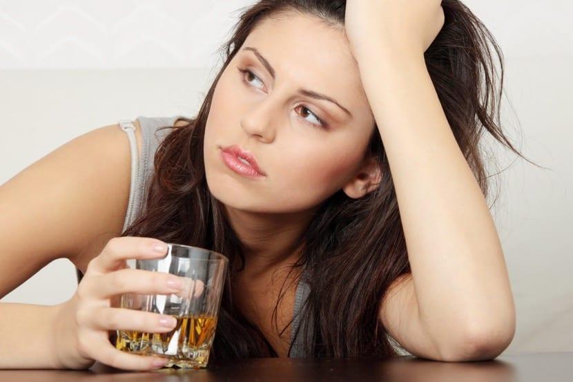 chica confundida bebiendo alcohol