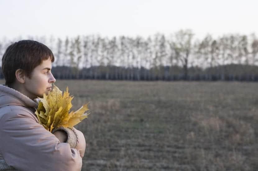 mujer en otoño con alexitimia