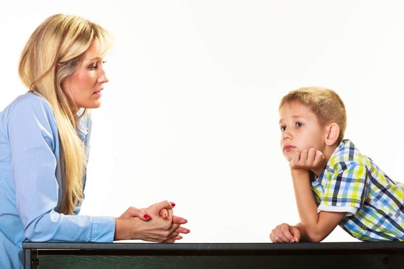 madre preocupada porque su hijo tiene apraxia