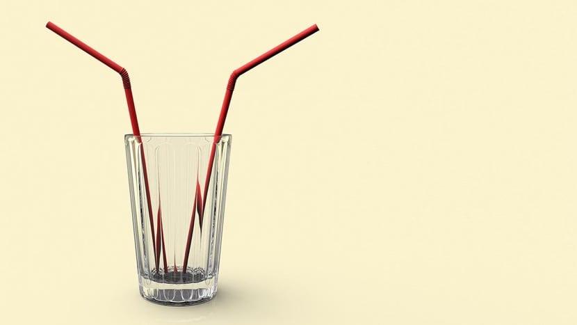 dos pajitas iguales en un vaso