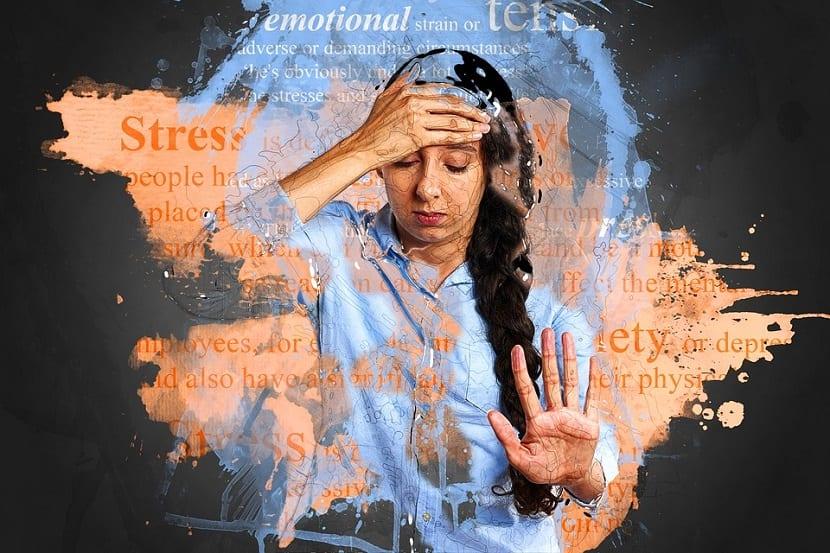 Mujer sufriendo ataque de ansiedad