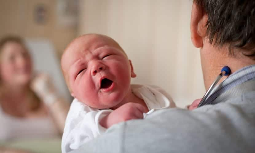 bebe recien nacido en brazos del medico