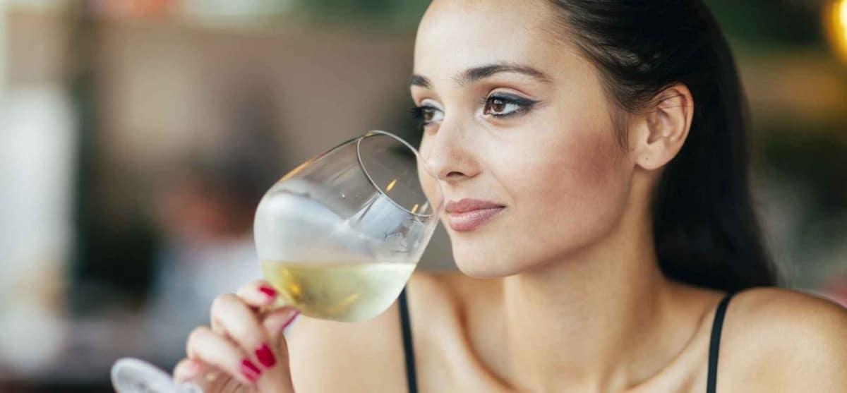chica bebiendo alcohol