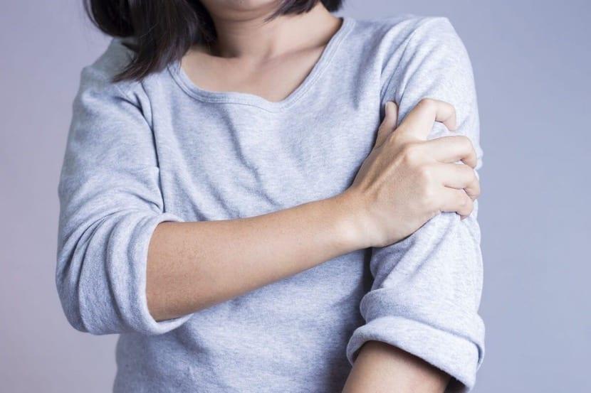 dolor en el brazo mujer
