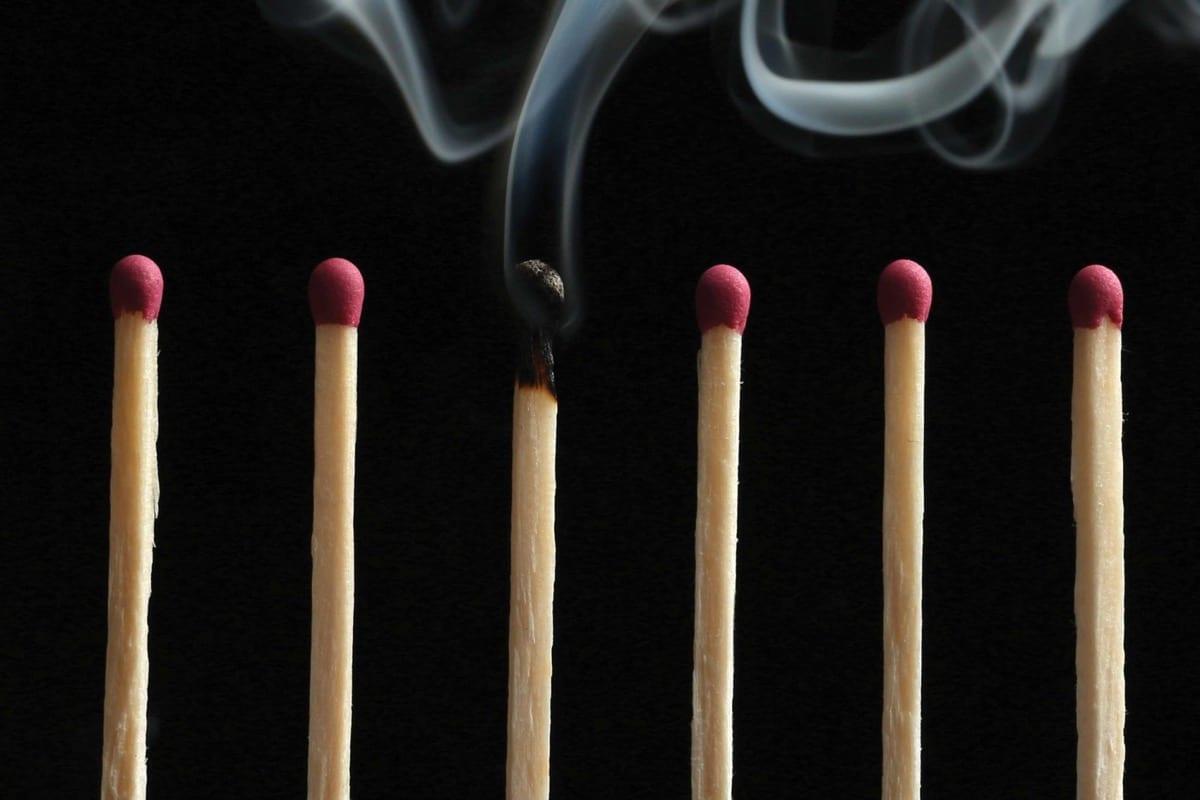 sindrome de burnout simbolo con cerillas