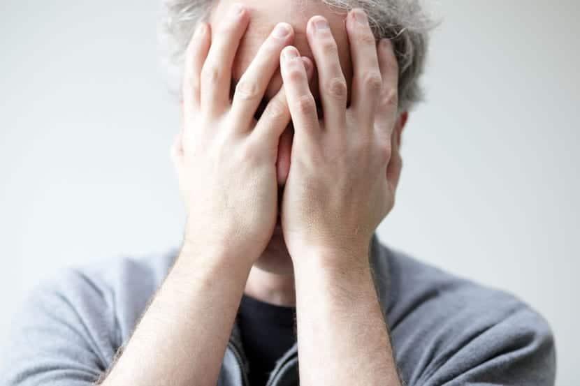 trastorno ciclotímico hombre tapándose la cara