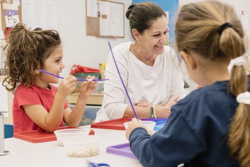 maestra y alumnos en aprendizaje constructivo