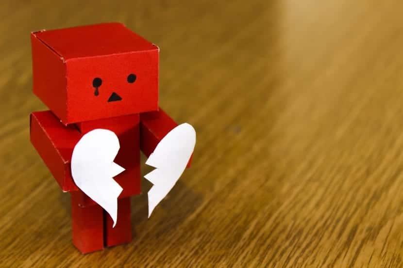 muñeco con corazón roto