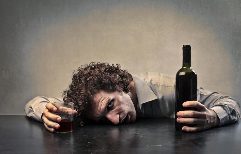hombre alcohólico queriendo beber más