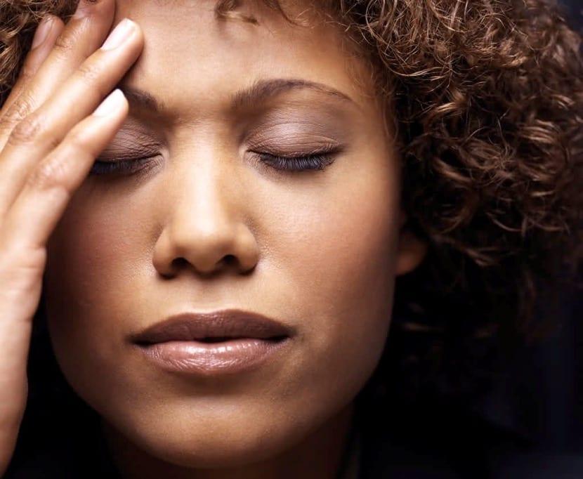 chica con dolor de cabeza con depresion atipica