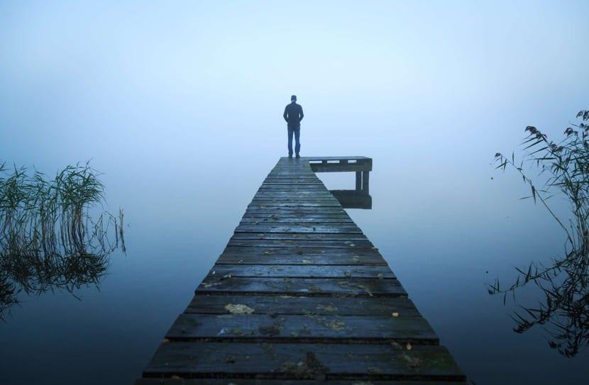 hombre depresión al final del camino