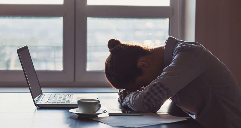 mujer con depresion laboral