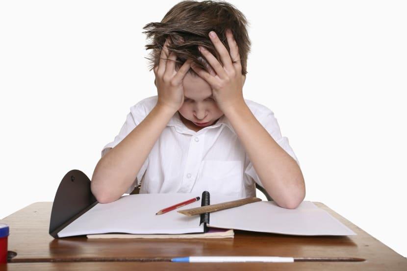 chico frustrado por las dificultades de aprendizaje