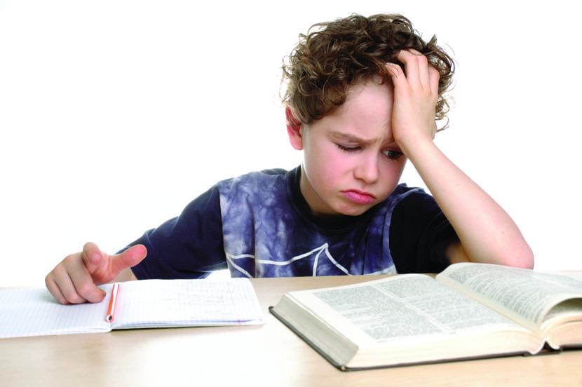 niño triste porque tiene dificultades de aprendizaje