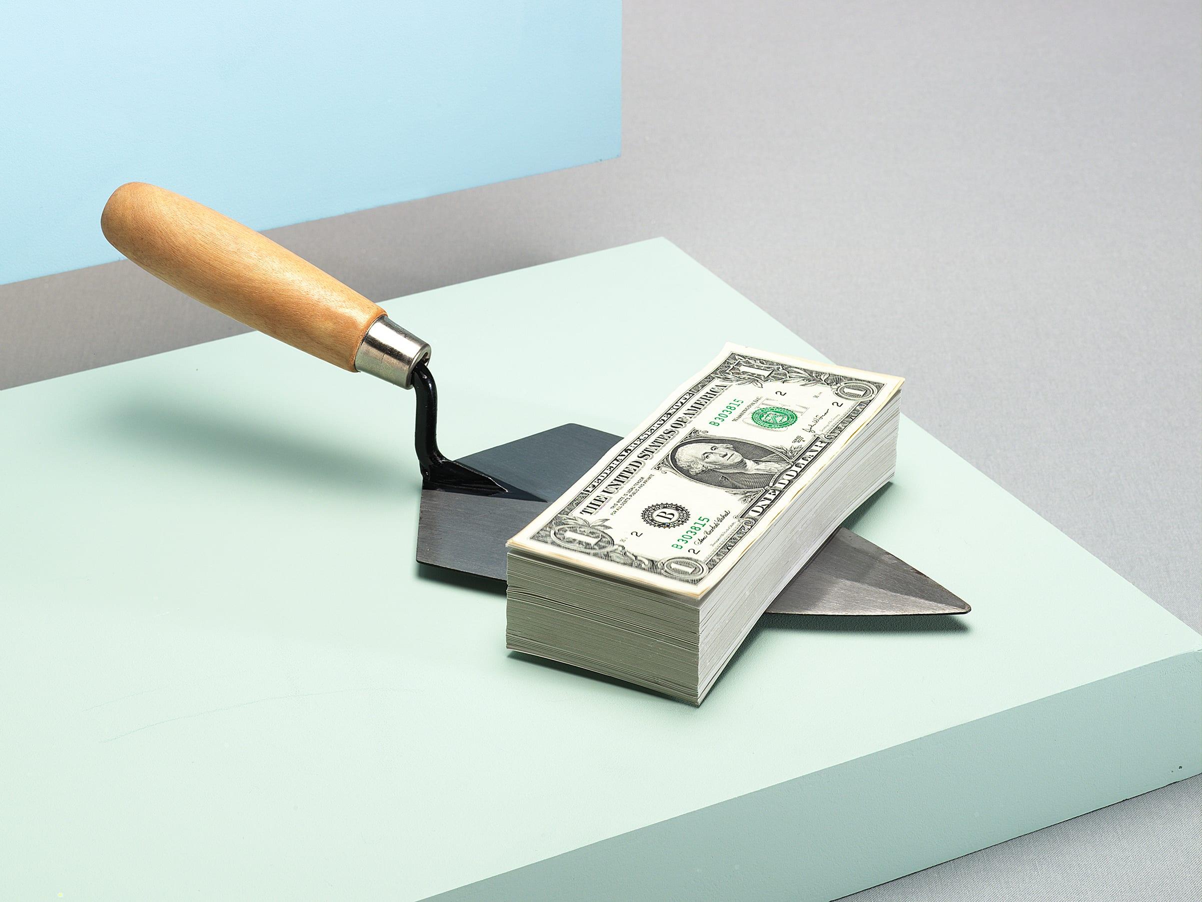 dinero en una pala