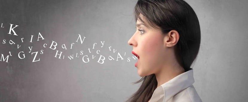 chica con problemas para pronunciar fonemas por disartria