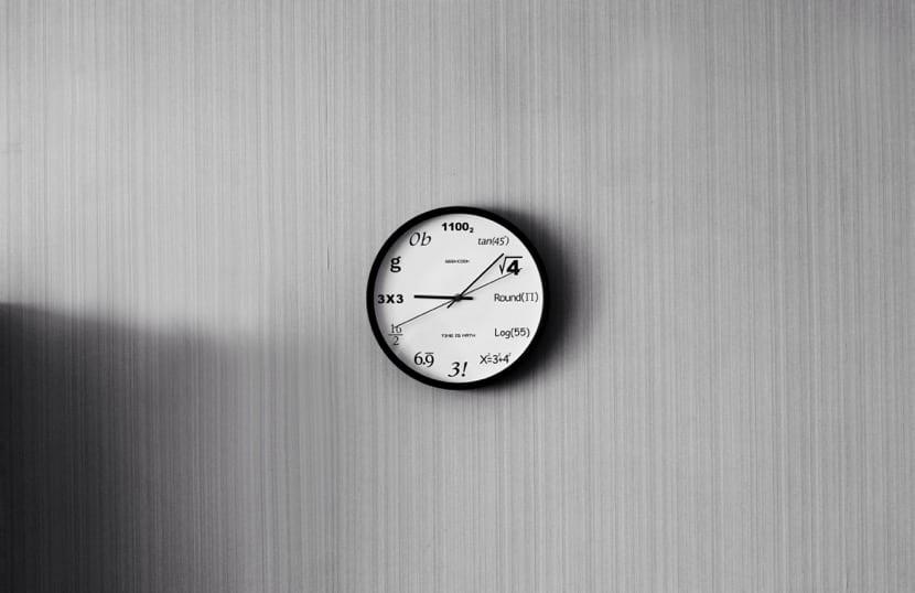 reloj que simboliza la discalculia