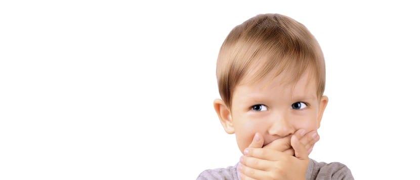 nene con vergüenza porque no pronuncia bien a causa de la dislalia
