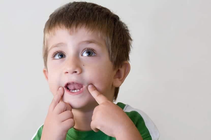 nene realizando ejercicios con la boca para la dislalia