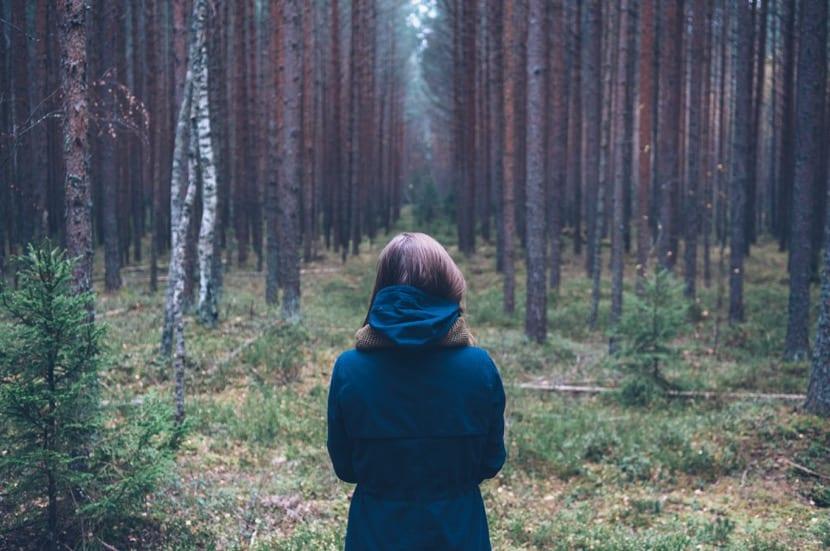 chica con distimia en el bosque