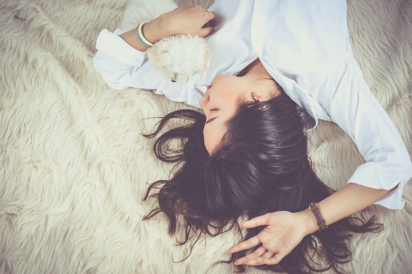 chica durmiendo controlando el tiempo