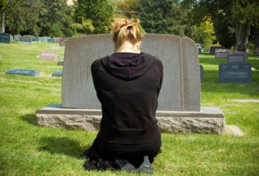 visitar una tumba en el proceso de duelo