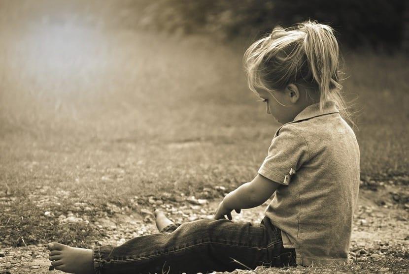 nena con ecolalia