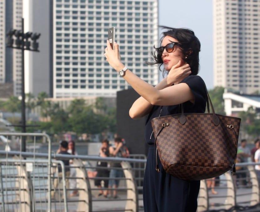 mujer egocéntrica haciéndose selfie
