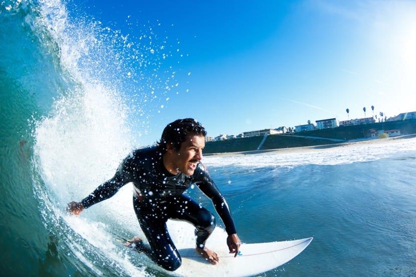chico haciendo surf con endorfinas