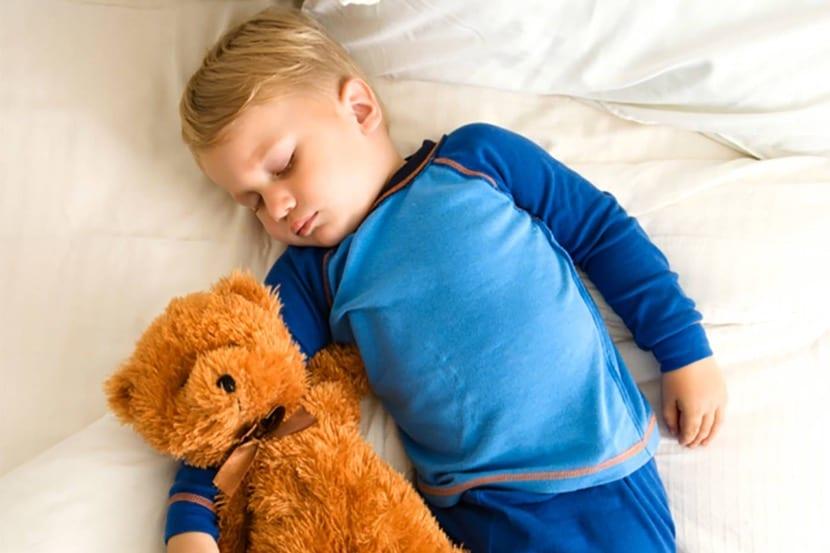 nene durmiendo con peluche