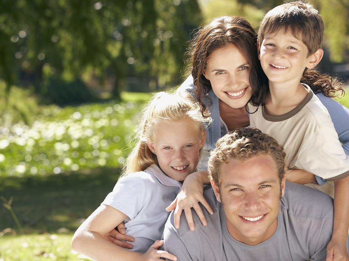 familia feliz por normas de convivencia