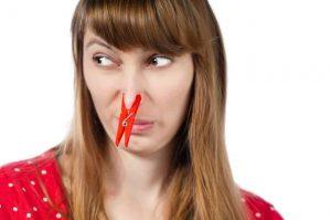 fantosmia con pinzas en la nariz