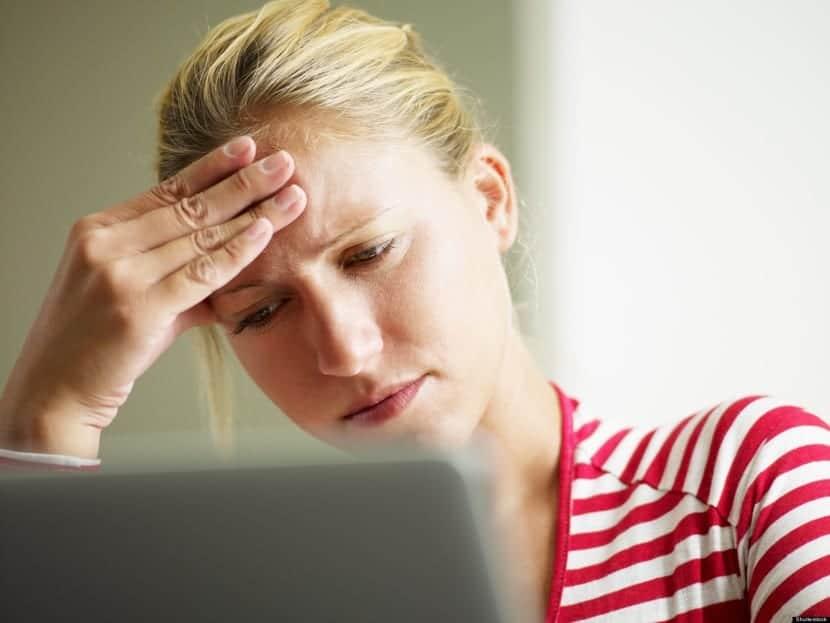 hipocondríaca mirando en Internet