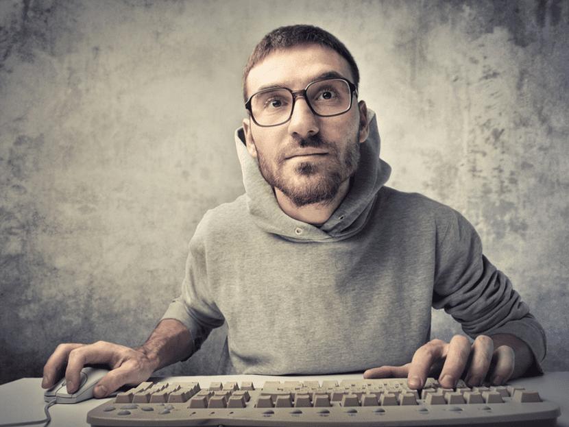 hombre inteligente en el ordenador