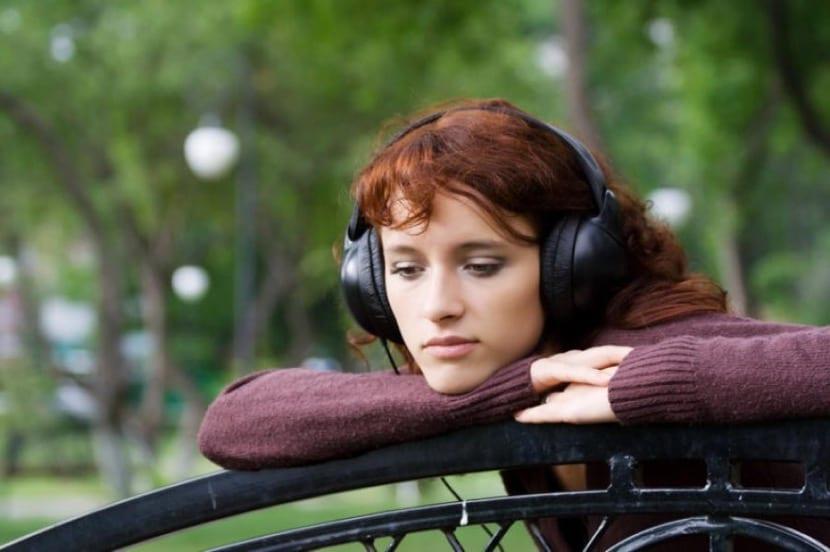 chica introvertida