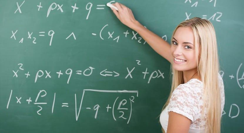 mujer aprendiendo matemáticas