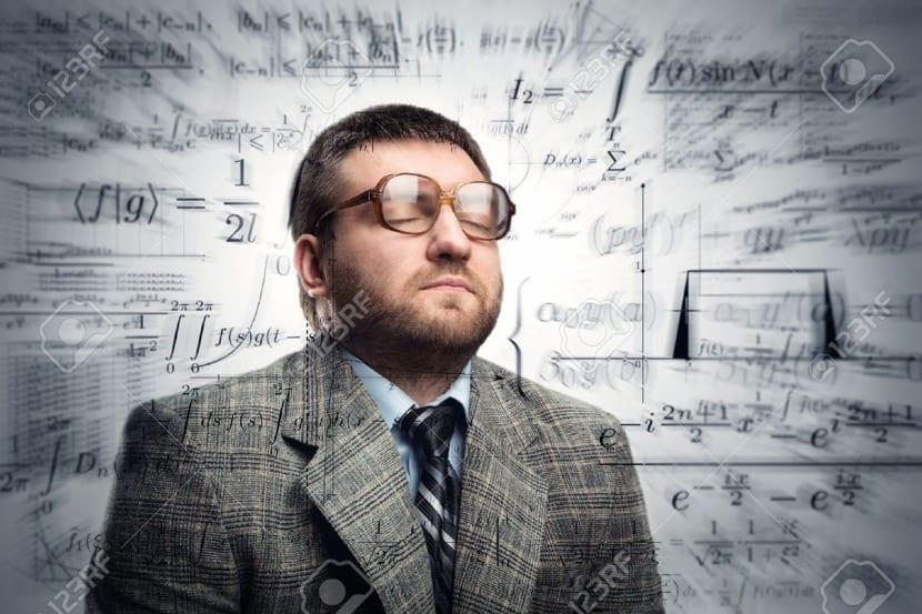 hombre que piensa en matemáticas