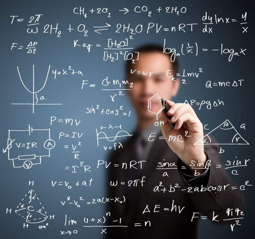 Hombre trabajando en matemáticas