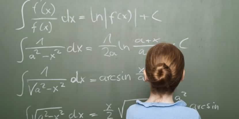 mujer mirando las matemáticas