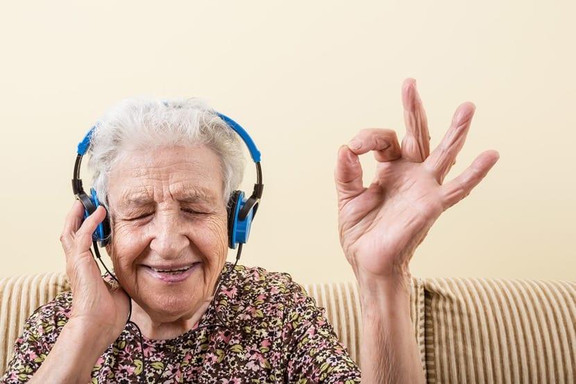 Abuela disfrutando de buena música