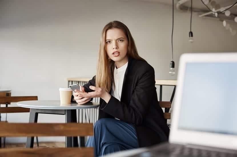 mujer neurótica en el trabajo