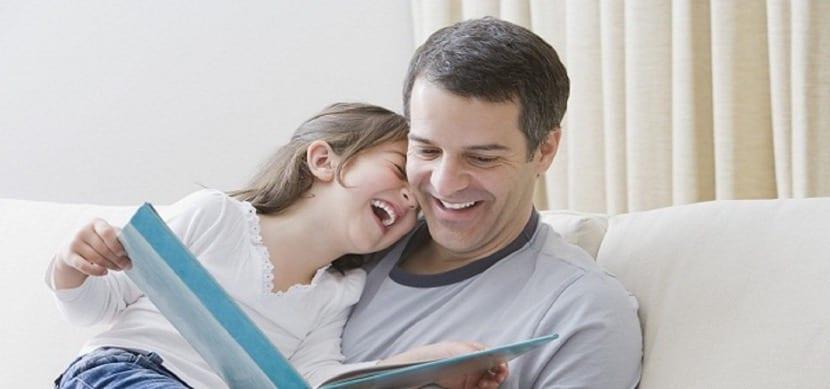 padre e hija leyendo un cuento