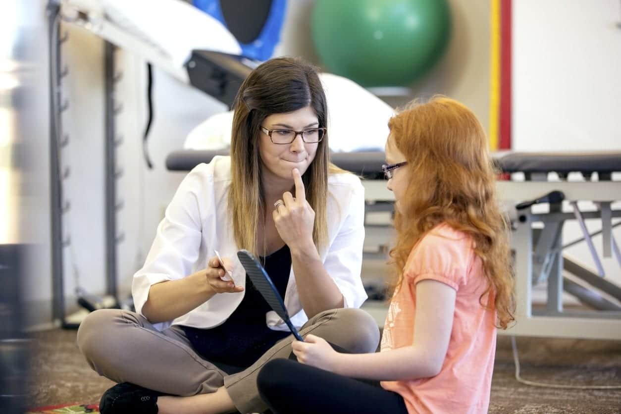 nena en terapia por parafasias