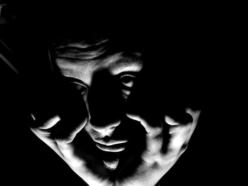 persona paranoica con luz siniestra