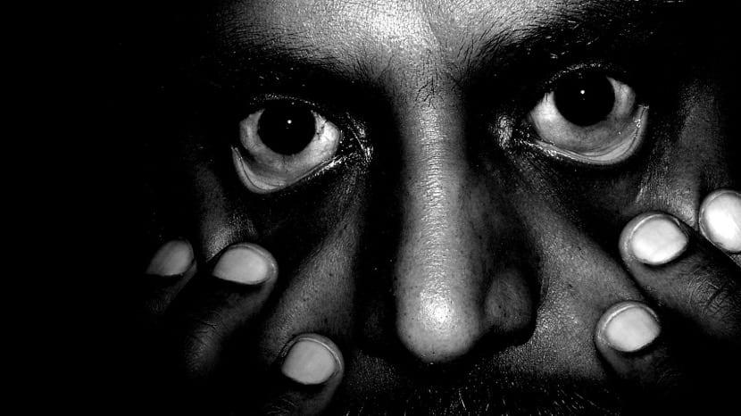 persona con paranoia y delirios