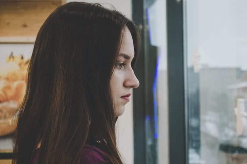 persona tóxica con pensamientos negativos