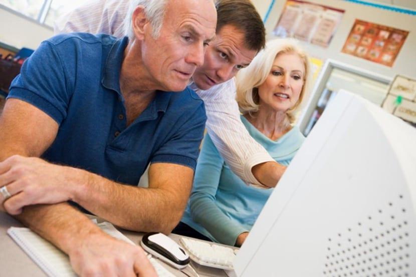 personas mayores en el ordenador