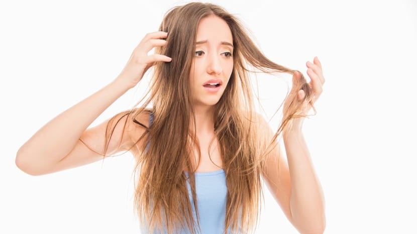 mujer que se mira el pelo