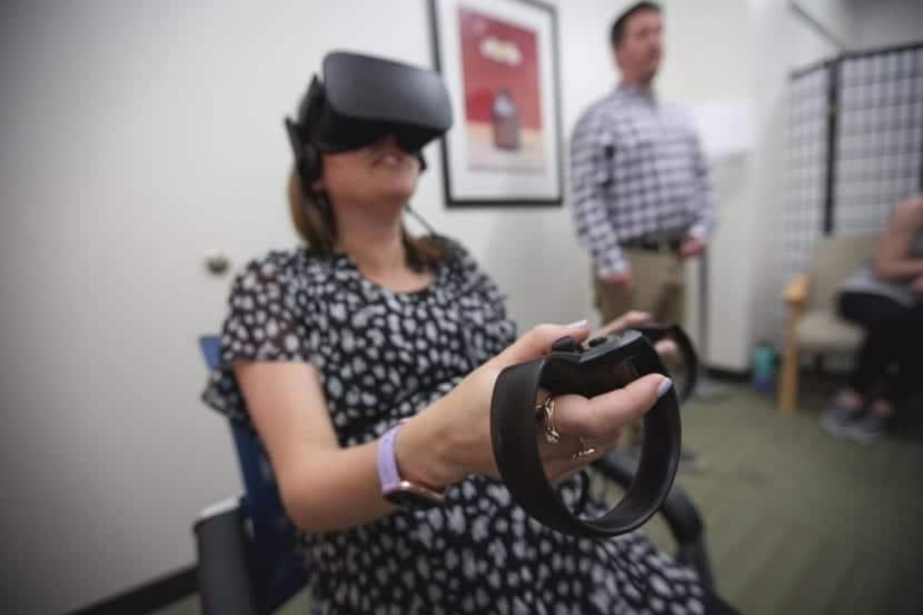 mujer en terapia de realidad virtual